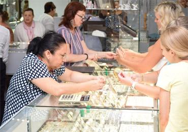 Если россияне начали активно покупать одежду и украшения, то жизнь налаживается!